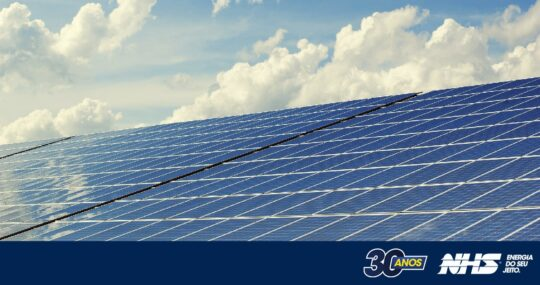Você sabia que a energia gerada pelo sol pode atuar como um nobreak e manter a sua empresa funcionando?